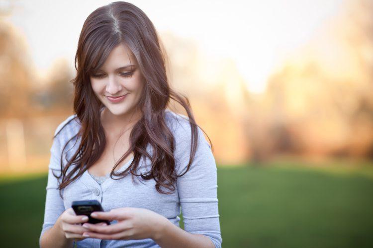 Ciri-ciri seseorang diam-diam naksir - Sering Menelepon atau SMS