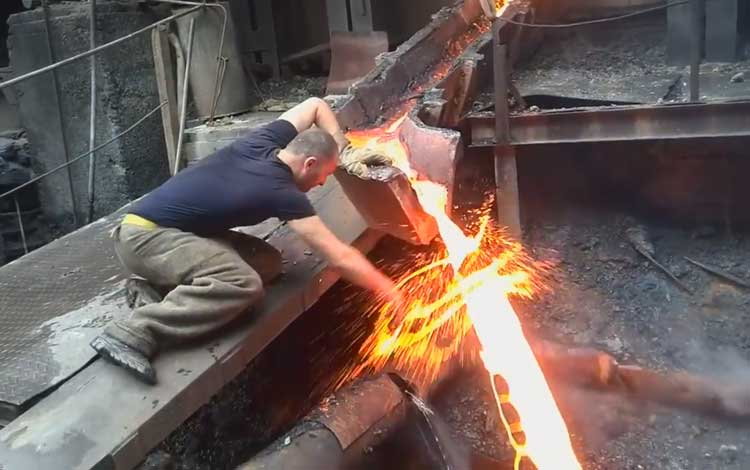 Pria sentuh cairan logam panas tanpa terluka sedikit pun