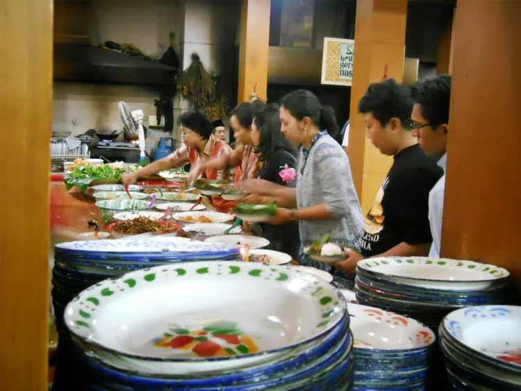 Tempat makan murah di Bandung - Nasi Bancakan Mang Barna Dan Bi Oom