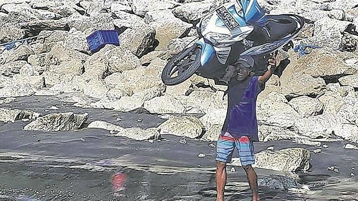 Wow, Bukan Dipanggul Tapi Orang Ini Mengangkat Motor Sport Dengan Kepalanya Gan!