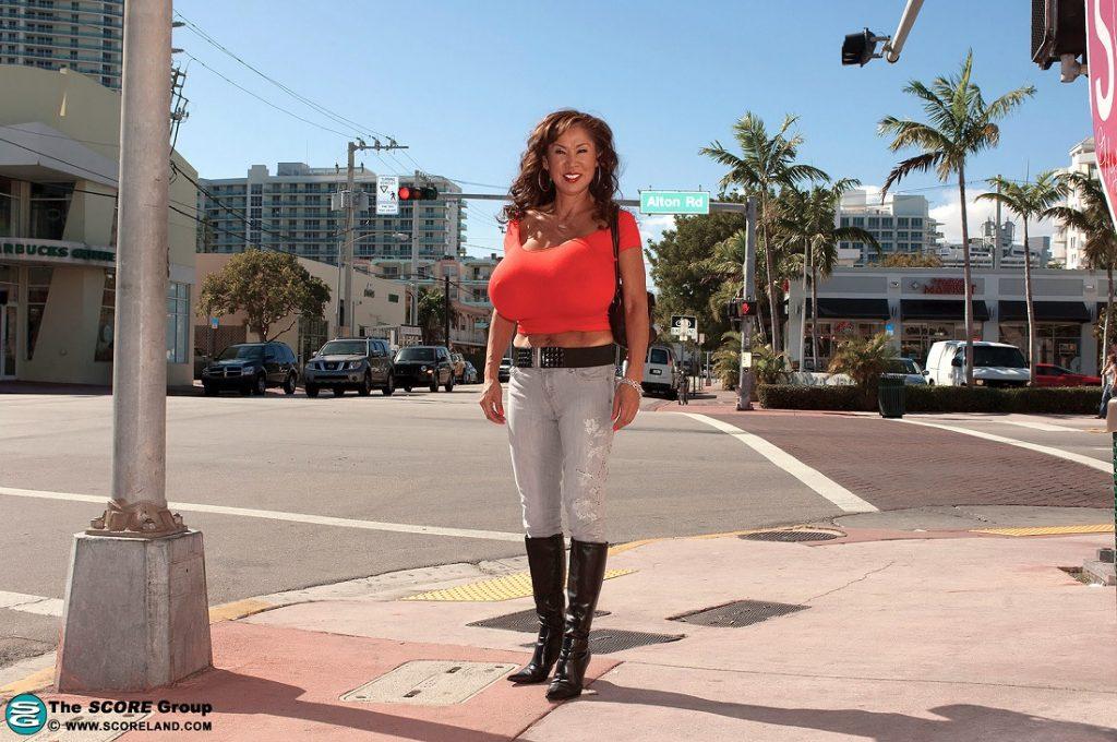 Para Wanita Dengan Ukuran Payudara Terbesar Di Dunia -8946