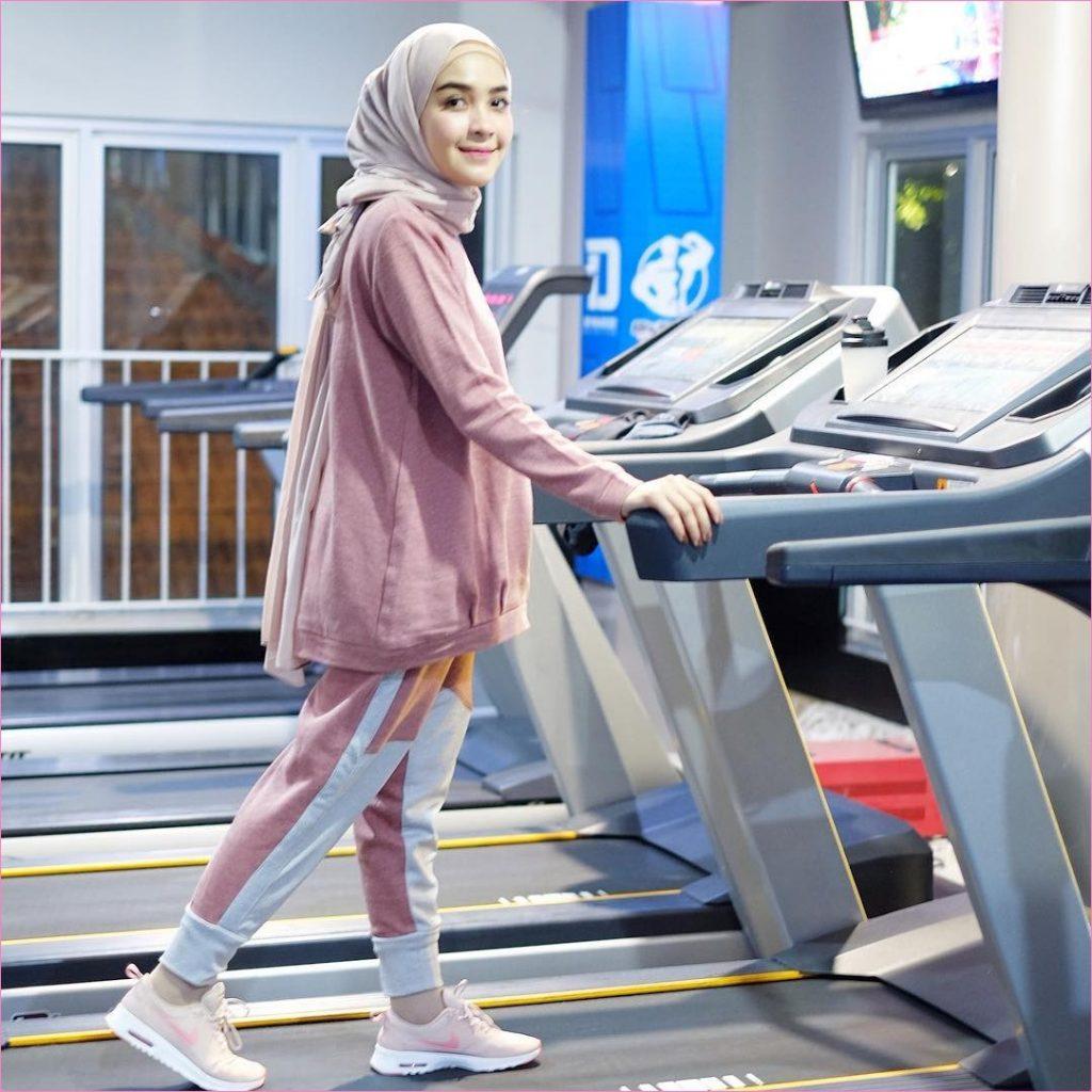 lihat Tips Memilih Outfit Olahraga Wanita Agar Terlihat Stylish Dan Cantik