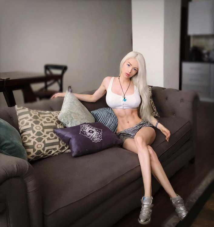 Wanita Dengan Pinggang Terkecil Di Dunia - Valeria Lukyanova