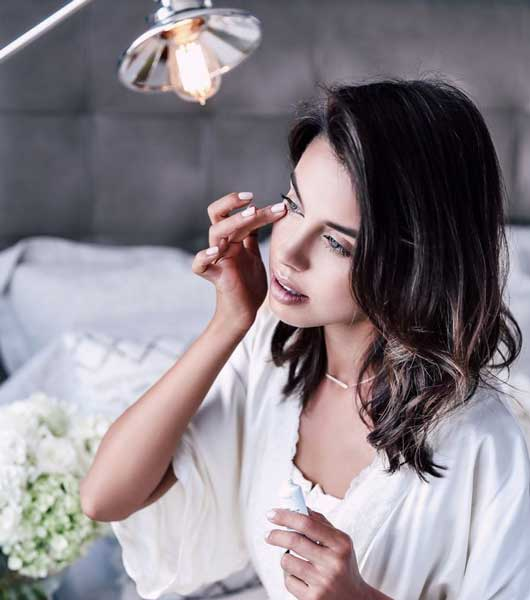 Tips Dan Cara Yang Mudah Dalam Merawat Area Sekitar Mata Pada Wanita - Gunakan krim mata lebih awal