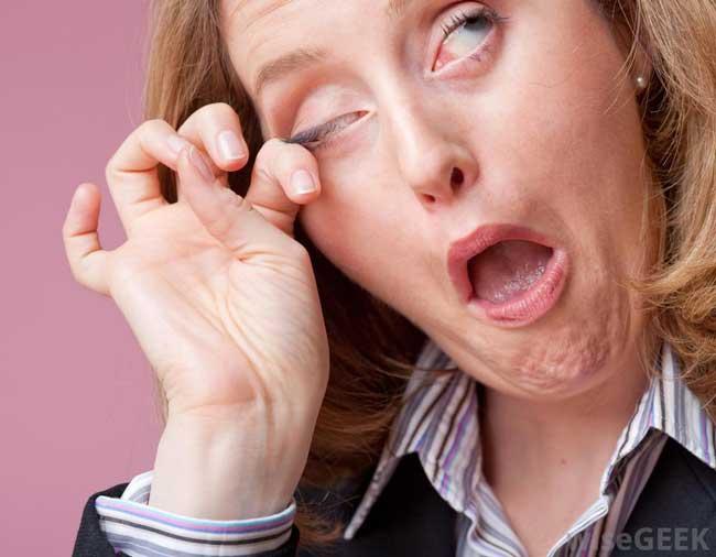 Tips Dan Cara Yang Mudah Dalam Merawat Area Sekitar Mata Pada Wanita - Jangan mengucek mata