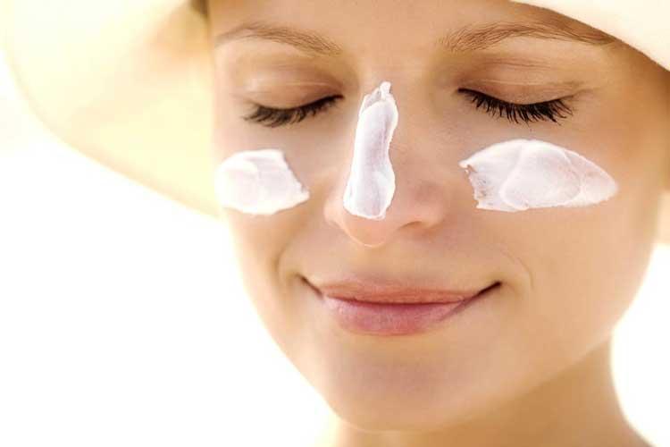 Tips Dan Cara Yang Mudah Dalam Merawat Area Sekitar Mata Pada Wanita - Kenakan tabir surya