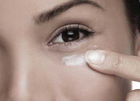 Tips Dan Cara Yang Mudah Dalam Merawat Area Sekitar Mata Pada Wanita - Lakukan pemijatan secara halus dan bergati-hati