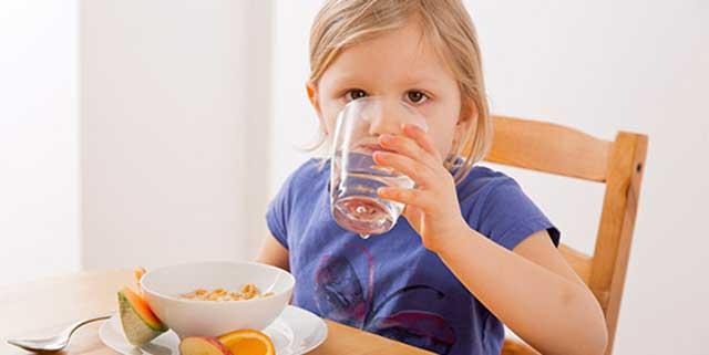 Tips Dan Cara Yang Mudah Dalam Merawat Area Sekitar Mata Pada Wanita - Mengatur pola makan dan minum