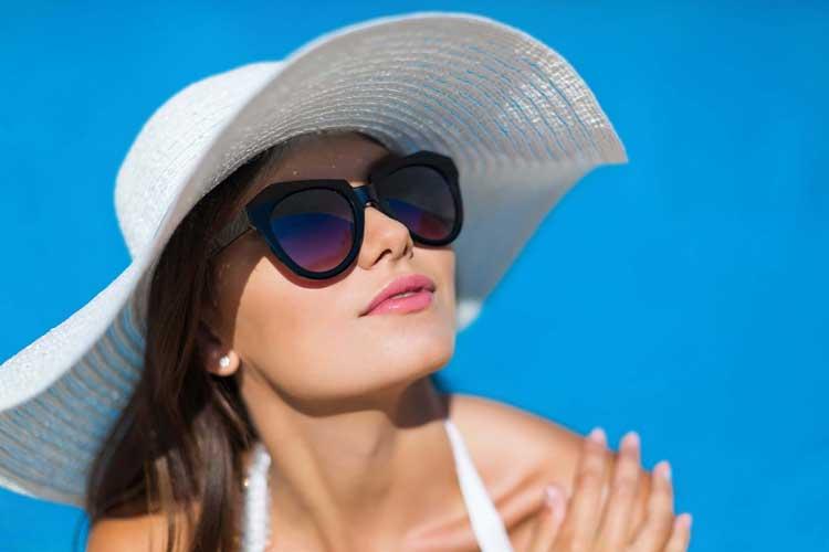 Tips Dan Cara Yang Mudah Dalam Merawat Area Sekitar Mata Pada Wanita - Pakai kaca mata hitam