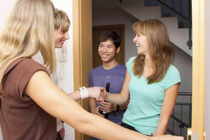 Cara PDKT Yang Paling Ampuh Untuk Mendapatkan Pacar - Beranikan diri berkunjung ke rumahnya