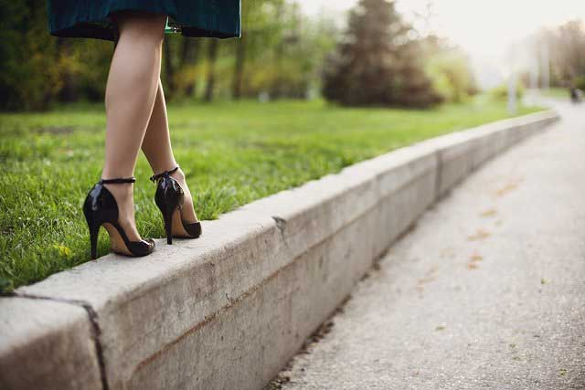 Tips Memilih High Heels Yang Aman Dan Nyaman Untuk Dipakai Sehari-hari - Latihan pakai heels dan tes kenyamanan