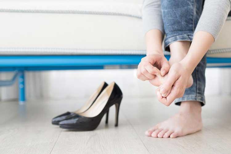 Tips Memilih High Heels Yang Aman Dan Nyaman Untuk Dipakai Sehari-hari - Pastikan kamu meregangkan kaki-kaki kamu