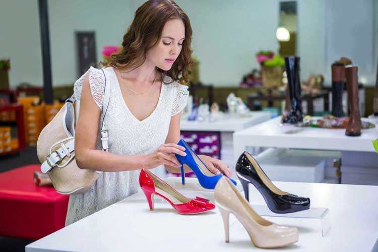 Tips Memilih High Heels Yang Aman Dan Nyaman Untuk Dipakai Sehari-hari - Sebaiknya membeli sepatu di saat sore ataupun malam hari