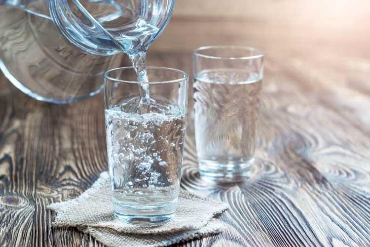 Cara Alami yang Ampuh Untuk Mengobati Panas Dalam Banyak minum air putih