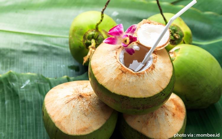 Cara Alami yang Ampuh Untuk Mengobati Panas Dalam Air kelapa hijau muda