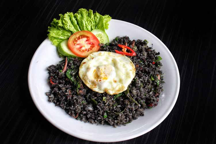 Berbagai Makanan Yang Berwarna Hitam - Nasi goreng hitam