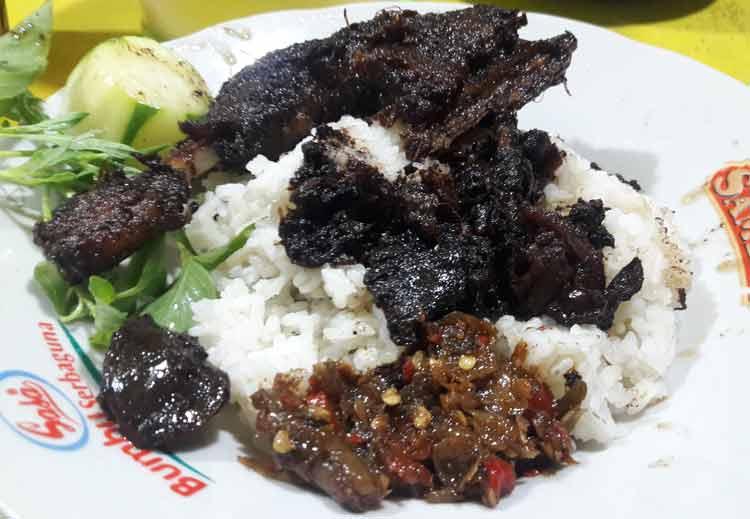 Berbagai Makanan Yang Berwarna Hitam - Bebek hitam sambal macan