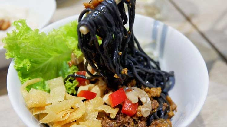 Berbagai Makanan Yang Berwarna Hitam - Mi hitam