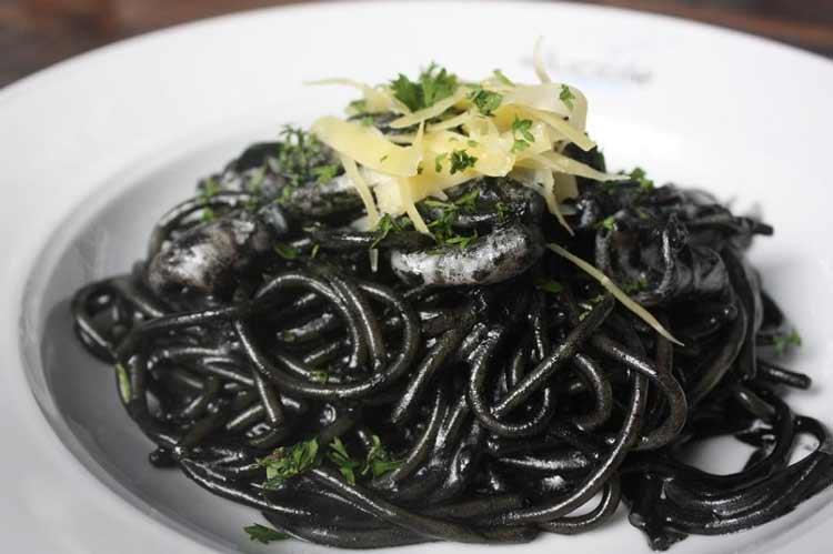 Berbagai Makanan Yang Berwarna Hitam - Pasta hitam