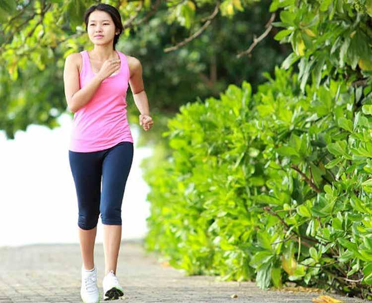 Daftar Olahraga yang Bagus Untuk Menjaga Kesehatan Jantung Jalan cepat di pagi hari