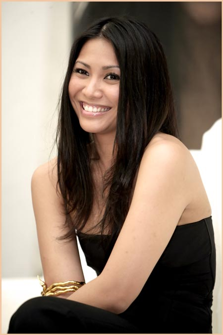 Daftar Orang Indonesia yang Paling Pertama - Anggun (Penyanyi wanita Indonesia pertama yang tembus Billboard)