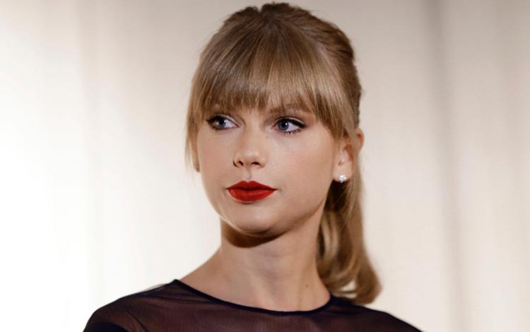 Kelakuan Para Fans - Berenang Demi Taylor Swift