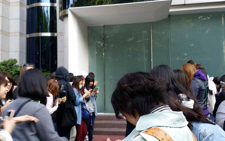 Kelakuan Para Fans - Berkemah Di Depan Rumah/ Gedung Apartemen Idola