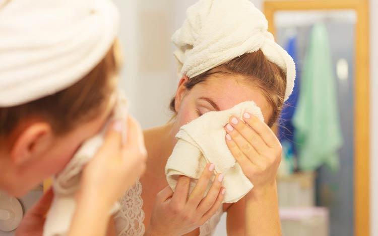 Kebiasaan Yang Bisa Memperparah Jerawat - Cara Mencuci Wajah Yang Kurang Tepat