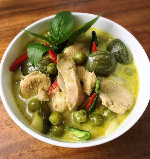 Kuliner khas Thailand - Gaeng Keow Wan Kai (Green Chicken Curry)