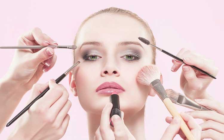 Kebiasaan Yang Bisa Memperparah Jerawat - Menggunakan Make up Berlebih