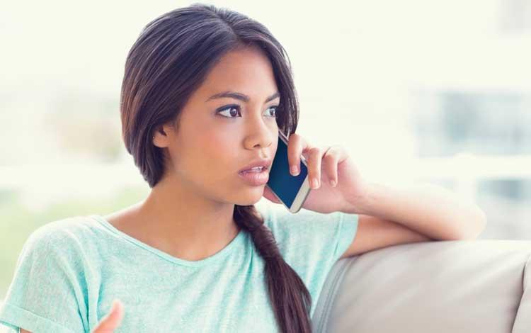 Kebiasaan Yang Bisa Memperparah Jerawat - Menggunakan Ponsel Yang Kotor