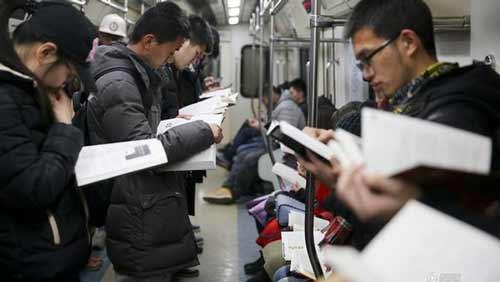 Berbagai Budaya Positif Jepang Yang Patut Dicontoh Dan Ditiru - Minat membaca yang sangat tinggi