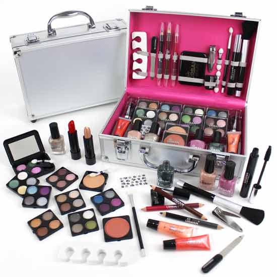 Tips Memilih Kado Yang Tepat Untuk Ultah Pacar Wanita - Satu set alat make up dari brand yang selalu ia gunakan