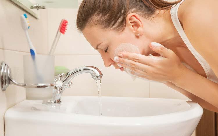 Kebiasaan Yang Bisa Memperparah Jerawat - Sering Mencuci Wajah