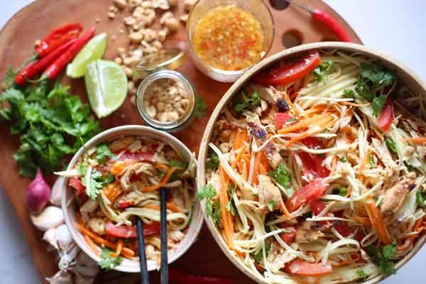 Kuliner khas Thailand - Som Tum (Spicy Green Papaya Salad)