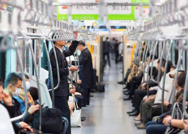 Berbagai Budaya Positif Jepang Yang Patut Dicontoh Dan Ditiru - Tidak berisik saat di dalam transportasi umum