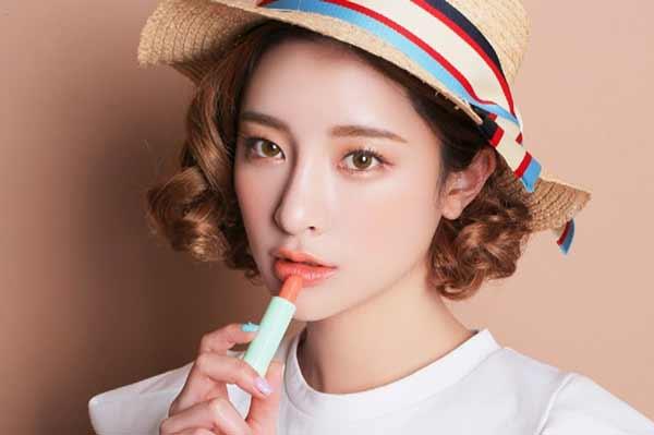 Tips Agar Wajah Selalu Terlihat Segar Dan Bercahaya - Gunakan lipstik berwarna pink atau peach