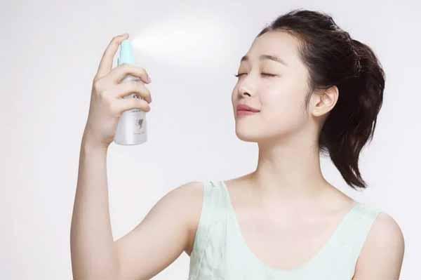 Tips Agar Wajah Selalu Terlihat Segar Dan Bercahaya - Kunci makeup dengan setting spray