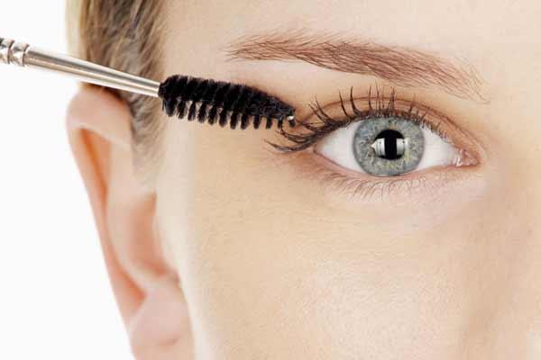 Tips Agar Wajah Selalu Terlihat Segar Dan Bercahaya - Lentikan bulu mata dan aplikasikan maskara agar mata terlihat lebih terbuka