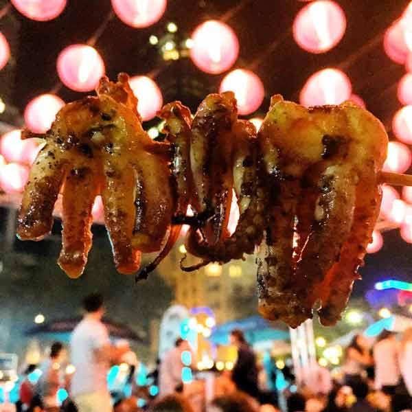 Deretan Makanan Thailand Yang Enak Dan Lezat - Pla Muek Yang/Squid Skewers