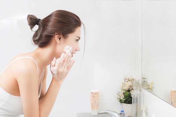 Tips Agar Wajah Selalu Terlihat Segar Dan Bercahaya - Rutin membersihkan dan merawat kesehatan kulit wajah