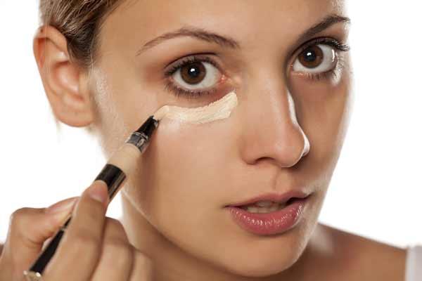 Tips Agar Wajah Selalu Terlihat Segar Dan Bercahaya - Samarkan lingkaran hitam mata dengan concealer