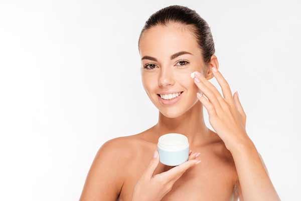 Tips Agar Wajah Selalu Terlihat Segar Dan Bercahaya - Selalu gunakan pelembab yang cocok untuk jenis kulit kamu