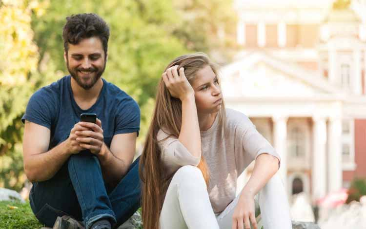 Cara Menghadapi Pacar Yang Lebih Mementingkan Teman - Ketika Pacar Sudah Tidak Memprioritaskan Kita Sebagai Orang Yang Berarti