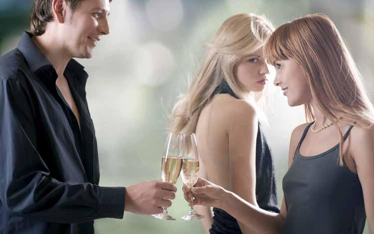 Cara Menyikapi Situasi Saat Kamu Dan Sahabatmu Menyukai Orang Yang Sama - Jangan Berlebihan
