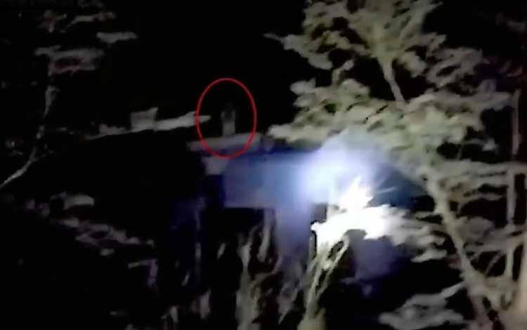 Foto Kuntilanak Terseram Yang Berhasil Di Abadikan Dengan Kamera - Kuntilanak Di Atas Gedung
