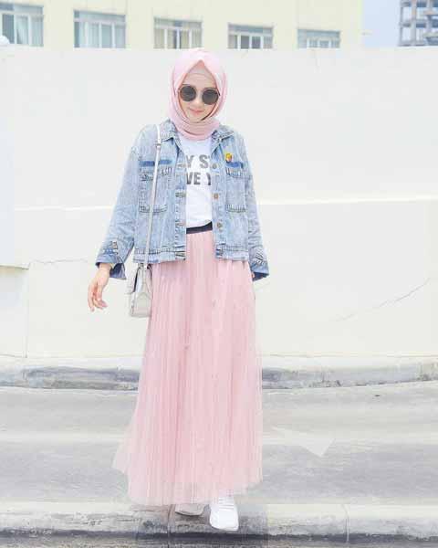 Mix n Match Hijab Terkini Yang Instagramable - Pashmina simple dengan jaket jeans dan rok tutu