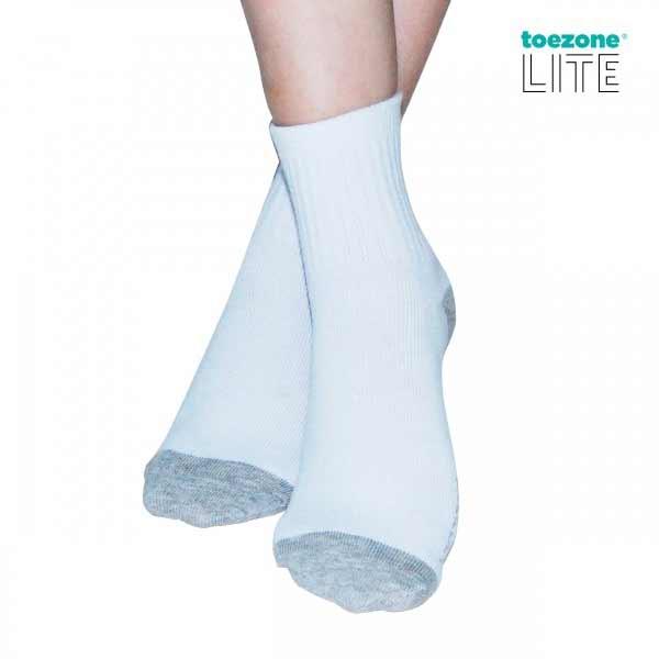 Outfit Of The Week Tampil Chic Ala Fashion Blogger Dengan Short Pant - Kaos kaki putih dan sepatu kets