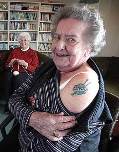 Alasan Mengapa Sebaiknya Kamu Jangan Bertato - Tato terlihat lucu dan memalukan saat kamu sudah tua