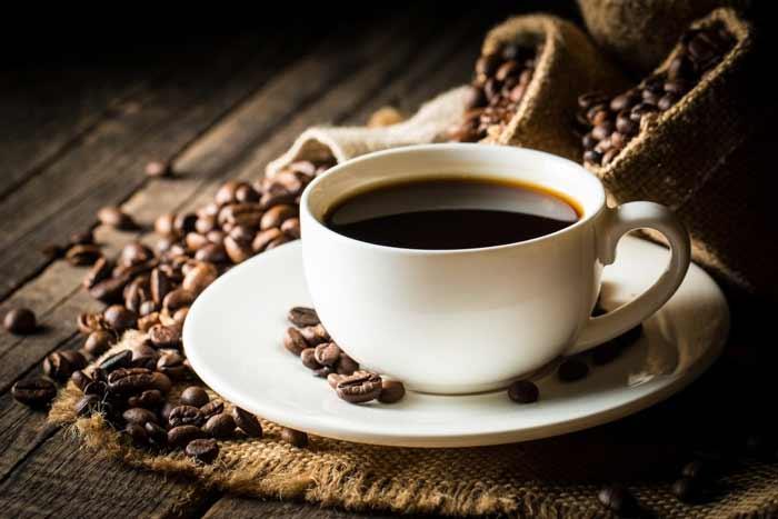 Cara Ampuh Mengurangi Rambut Rontok Secara Alami - kopi yang telah diseduh